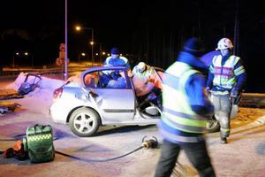 Efter en halvtimmes försiktigt arbete, för att inte skada kvinnan bakom ratten, kunde brandmännen lyfte över henne på en ambulansbår.