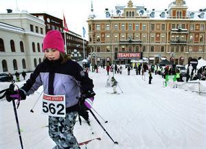 Tävlingsspår i stadsmiljö. Saxande Emelie Solander Åsell forcerar backen på Stora torget i Sundsvall.