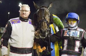 Hasse Widell, till vänster, i vinnarcirkeln på Östersundstravet. Segern kom i en landsdelskamp för varmblod och Widells Kirikou vann med Ulf Ohlsson i sulkyn.