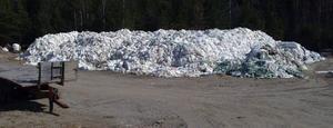Sammanlagt 970 ton plast ligger på en plan i Krångede och väntar på borttransport – och ser ut som en smutsig snöhög. Foto: Ingvar Ericsson