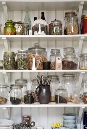 Att det blev pärlspont bakom de öppna kökshyllorna är Kajsas önskemål. Husets kök är ändå ett gammalt lantkök.