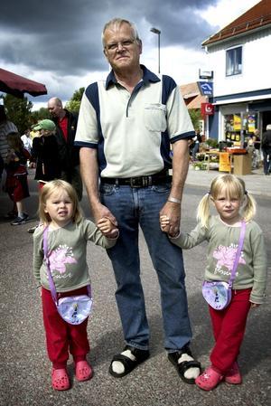 Lika som bär. Tvillingarna Julia och Elin Nyblom från Ludvika kom till Söderbärkemöljan tillsammans med sin farfar Börje. Foto:Karin Rickardsson