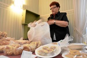 Hembakat. Astrid Eliasson hade fullt upp vid sitt bord. Det var många som ville köpa hennes hembakade bröd.