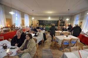 Stämningsfullt. Julmarknad i Boo skola med fika och hantverksförsäljning.