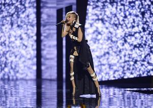 Bulgariens Poli Genova framför bidraget If Love Was A Crime.