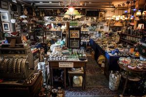 Fyllda bord med glas och porslin, lampor och tavlor, hyllor med prylar och gamla spännande saker. På loppmarknader kan man hitta det mesta, lågt som högt. Sommartid är det högsäsong för loppisar och antikmarknader runt om i Ångermanland.