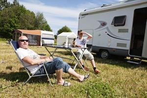 Putte och William Halvarsson från Luleå lever det goda livet på campingen till Getaway Rock.