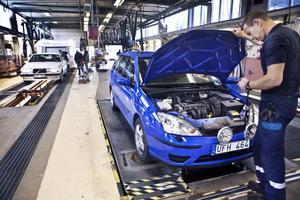 Nu rullar det åter på vid Bilprovningen i Bollnäs, efter två dagar med strejkvakter avbröts konflikten under fredagskvällen. Pär Sundquist och hans kollegor är nöjda.