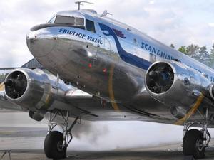 20 fallskärmshoppare från fallskärmsklubben Dala kommer att hoppa från den här DC-3:an, som var med under invasionen i Normandie 1944.