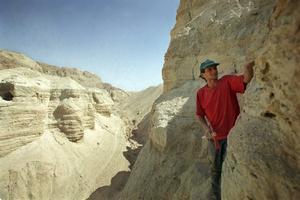 Ökensanden är en bra bevarandemiljö för uråldriga skrifter. Här trakten kring Qumrangrottorna vid Döda havet, där Dödahavsrullarna hittades 1947.
