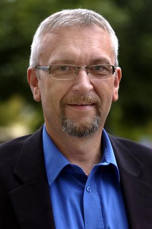Kjell Grip (KD), stannar eventuellt och lyssnar på Åkesson.