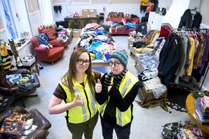 Camilla Liljestrand och Emma Snöbjörn ordnar loppis i Ung Films lokaler för att samla pengar till egna filmprojekt och Flyktinghjälpen.