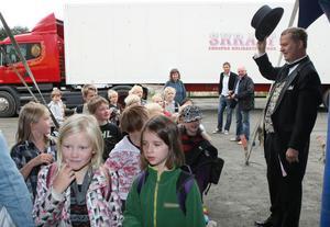 Barnen hälsas välkomna av låtsasdirektör Preben Palsgård.