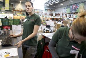 Emma Lennqvist, 20 år, är nyanställd på visstid som butikspersonal. Den erfarenheten delar hon med många generationskamrater i länet.