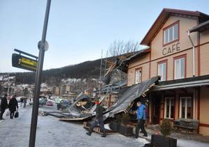 Fastighets- och caféägare Per-Åke Kristiansson (i blå jacka) var ute och översåg skadorna på stationen.
