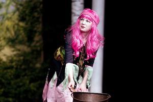 Agnes Viksten är lika glänsande som sin hårfärg i rollen som häxan Tekla.