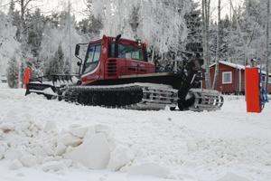 Roger Widhage på Stenkällegården jobbar nästan dygnet runt  i sin pistmaskin med att preparera skidanläggningen.