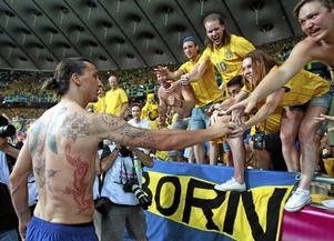 Lycka. Att få Zlatans tröja är det största som har hänt Malin.