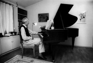 Poeten Tomas Tranströmer vid sin flygel 1991.   Foto: Janerik Henriksson/TT