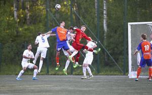 Bollnäs mittback Daniel Öhlander är framme och hotar i SFF:s straffområde.