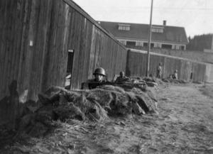Militär på post vid stuveribarackerna i Ådalen 1931.