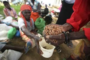Kvinna i Zimbabwe får mat av Oxfam