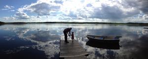 Liv Berglind, 4 år lär sig kasta med nya fiskespöt på bryggan på Brattheden, Ramnäs.