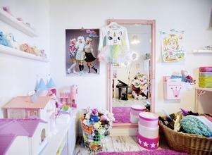 Jessicas passion för rosa går inte att ta miste på. Här har hon gått all in i dotterns lekrum. Ballonglamporna i spegeln var ursprungligen blå, men har sprayats om.
