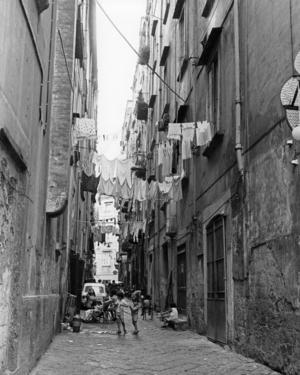 Den första boken om Elena och Lila utspelas i Neapels fattiga kvarter på 1950-talet. I dag arrangeras turistvandringar i Neapels Ferrantekvarter