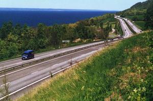 Sveriges vackraste väg, Vätternleden, drivs förstås av staten men ingen skulle kunna nå den utan nätet av enskilda vägar.Foto: Kerstin Ericsson