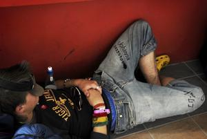 Fred, kärlek och telefonnummer. En grabb låg och sov i väntan på sitt tåg. Tidningen gillar hans sätt att hålla kontakten med nyfunna tjejer - skriv telefonnumret på mina byxor vetja!