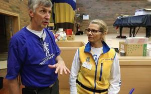 Göran Carlstrand och Lina Lundin tycker det är synd att kommunen tar så mycket betalt i hyra för lokal och bord, närmare 15 000 kronor. Foto: Johnny Fredborg