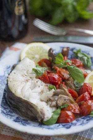Tomat, basilika och svamp blir sköna smakkompisar till den fabulösa skreien.