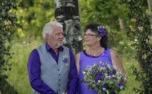 Nygifta paret Kjell och Tette Johansson.