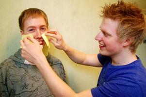 Minst 200 kvadratiska klisterlappar ska Daniel Olofsson och Martin Holmqvist lappa på en människokropp, endast iklädd kalsonger. Försöket ska avklaras på fem minuter och lapparna får inte ramla loss i första taget. Lyckas de har Strömsundskillarna slagit världsrekord.