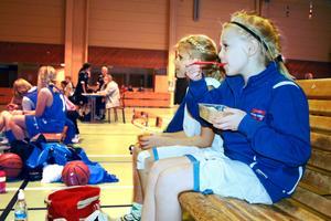 Vid sidan av planen följde Ingrid Holmquist och Hanna Torstensson sina lagkompisar i KFUM Örebro. För Hanna blev det också en stund att fylla på energiförrådet. Bild: JAN WIJK