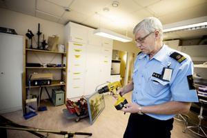 Bosse Sjölander vid polisen med en del av det stöldgods som beslagtagits hos en Härnösandsbo efter de senaste veckorna våg av villainbrott.