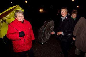 Berit Andersson och Inger Göransson trotsade höstrusket för att lyssna till Före vaggan - efter graven, en musikalisk resa genom livet.