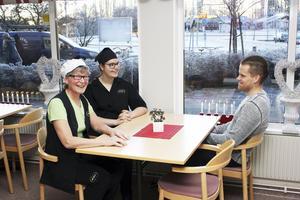 Skratt och leenden. De tre kollegorna tar en kort paus innan det är dags att fortsätta med förberedelserna innan kunderna kommer.
