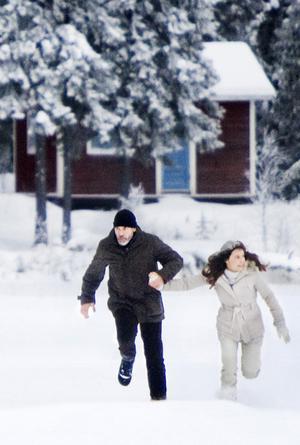George Clooney som Jack och Irina Björklund som Ingrid springer för livet i Singsjön eller var det Dalarna.