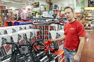 Fredrik Edh, butikschef på Barnens hus, tycker att julhandeln går trögt i största allmänhet.