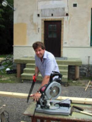 Alltid något på gång. Så har det varit i fem år för Mikael på Lunde Gård. En ny brokvist på det gamla skolhuset handlar det om här.