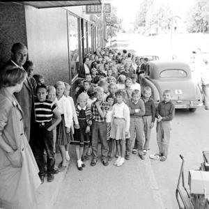 Ingvar Vestlund gjorde även reportage från Malung. Här ett foto som visar hur skolbarn köar utanför Skinnargården som då var deras skolbespisning.