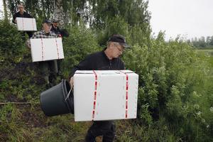 De 20 gräskarparna kom till Edevågen i tre stora kartonger.
