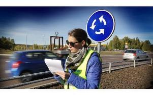Rebecka Jonpers räknade fordon vid den hårt trafikerade Gruvrondellen. Foto: Staffan Björklund