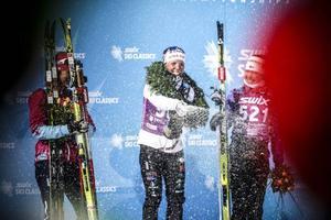 Britta Johansson Norggren, Charlotte Kalla och Kerttu Niskanen bakom ett moln av champagne.