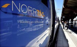 De indragna tågstoppen för tåget som lämnar Sundsvall vid 14-tiden har inte bara retat upp resenärer, utan också väckt reaktioner i det politiska finrummet.