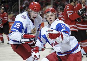 Denis Golubev (till vänster) firar mål tillsammans med Artemi Panarin. Nu är det oklart om Golubev kommer till Mora.