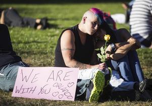 Och världen sörjer de döda i Orlando.