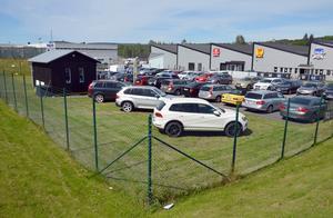 På den här tomten planeras det för ett nytt affärshus dit bilfirman Mittbil ska flytta.